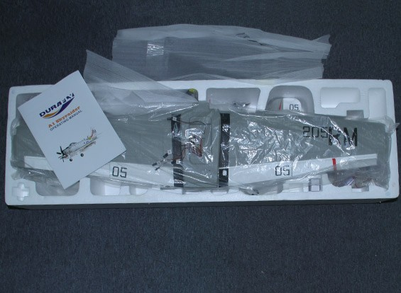 SCRATCH / DENT Durafly A-1 Skyraider w / flaps / Retrae / luces / compuertas del tren de 1100mm (FNP)