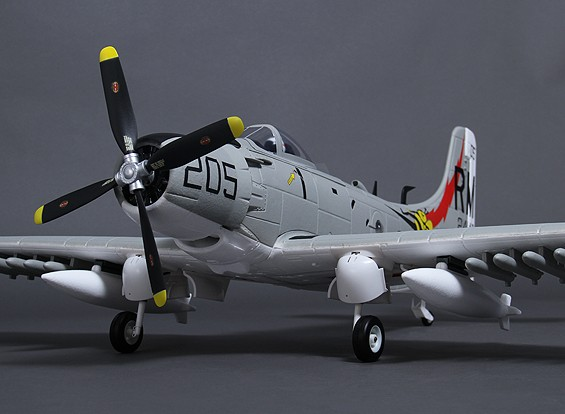 Durafly? A-1 Skyraider ж / закрылки / втягивается / фары / створки шасси 1100мм (PNF)